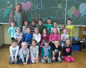 Die Klasse 1b mit ihrer Klassenlehrerin Frau Rohe