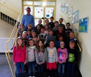 Die Klasse 2a mit ihrem Klassenlehrer Herrn Krüper