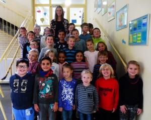 Die Klasse 2b mit ihrer Klassenlehrerin Frau Bathe