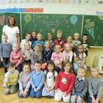 Die Klasse 1b mit ihrer Klassenlehrerin Frau Wege